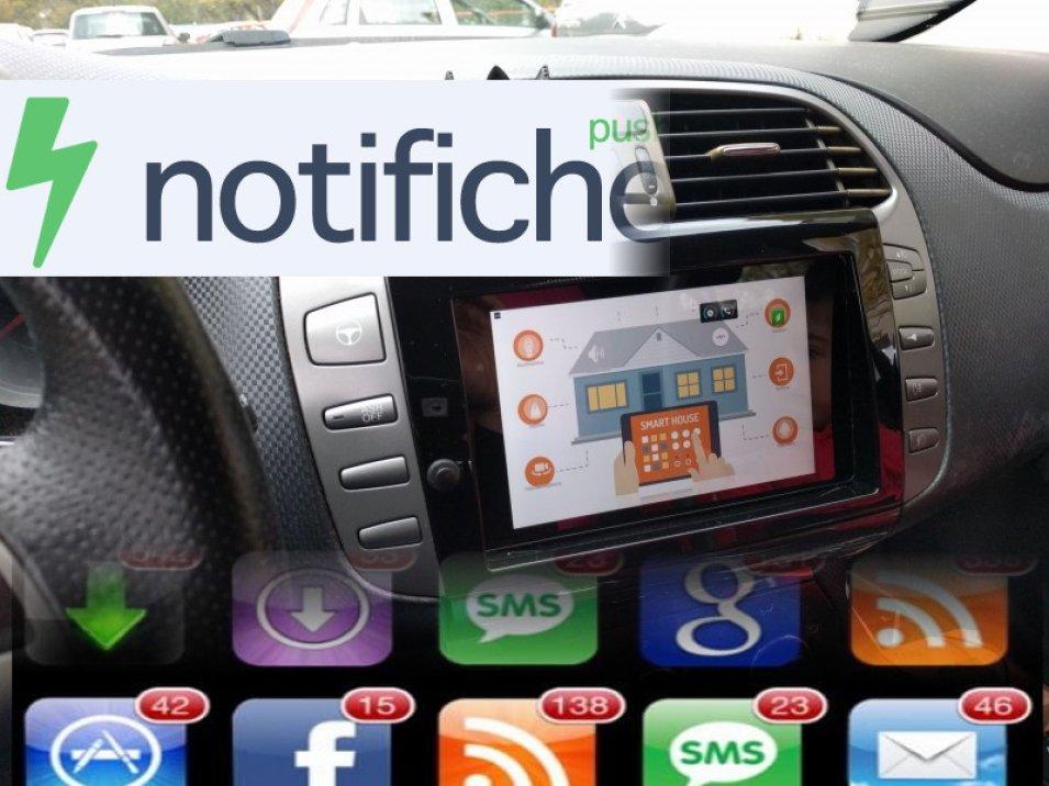 Lettura vocale delle notifiche sul sistema tablet in auto.
